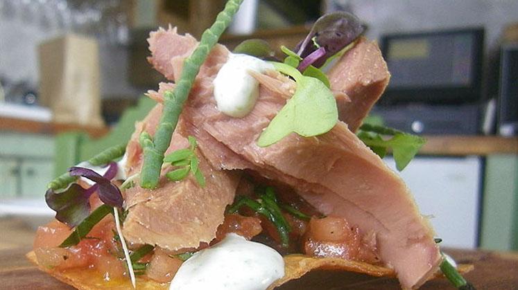 Tosta crujiente de maiz, taquitos de tomate, melva de Tarifa y alioli de algas Conservera de Tarifa