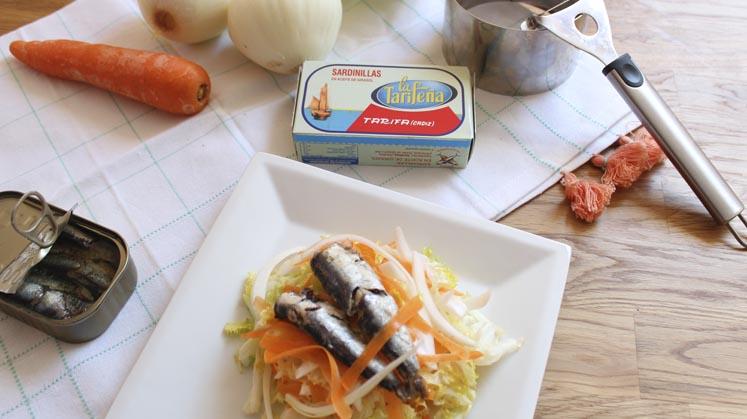Ensalada de sardinas en conserva, con escarola, zanahoria y cebolleta.