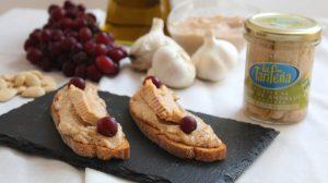 tostas de ajo blanco con melva canutera y uvas moradas